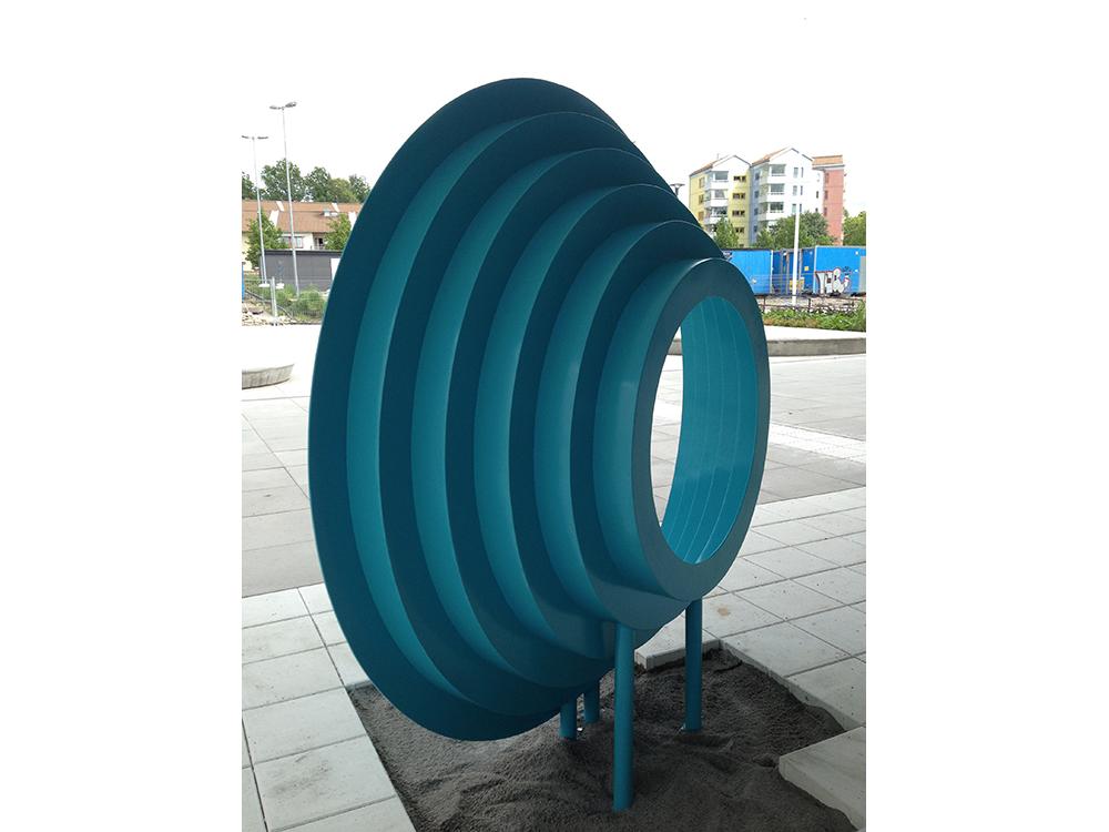 Rymdtrappa, 2014, lackerat svetsat stål, 200 x 50 cm stora formen, 75 x 15 cm mindre former Kungsmadskolan, Växjö